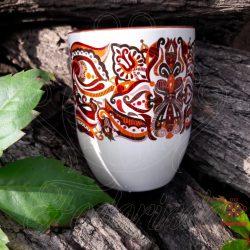 Élvezd egy kávé vagy tea mellett a nyugodt pillanatokat egy ősi motivúmokkal felvértezett bögrével.